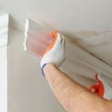 Как клеить плинтуса под потолок: инструкция по монтажу