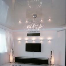 Глянцевый натяжной потолок белый сатиновый на кухне, в зале, прихожей: фото и инструкция по монтажу