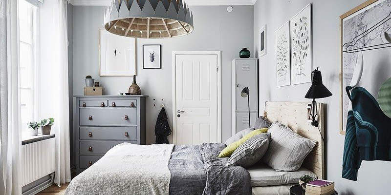 Оригинальная люстра отлично подходит для интерьера спальни в скандинавском стиле