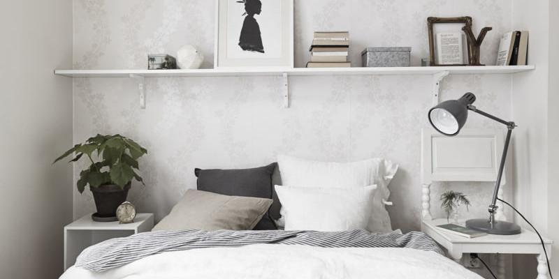 Полки в спальне для хранения мелочей