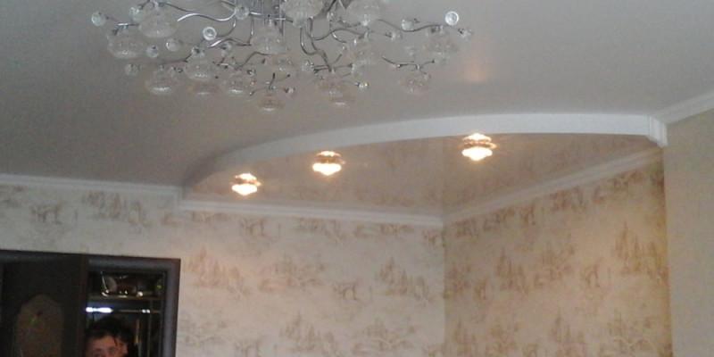 Двухуровневый глянцевый белый натяжной потолок для зала