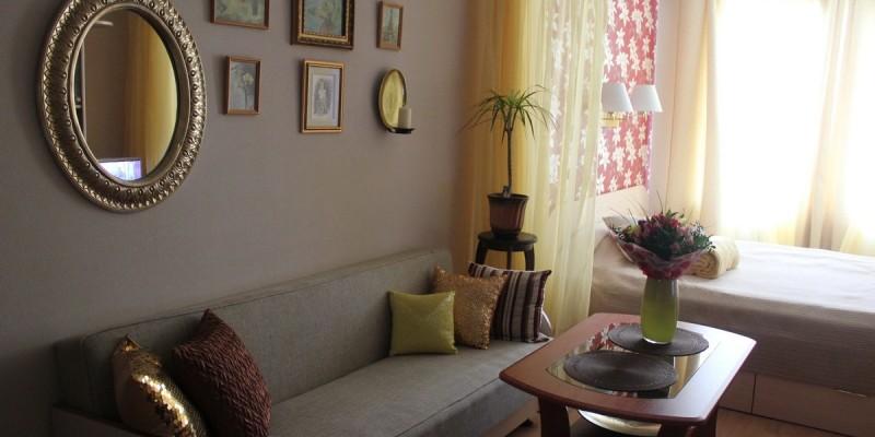 Разделение спального места и гостиной зоны шторами