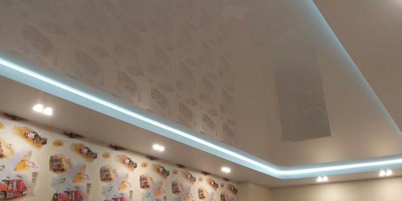 Натяжной потолок с подсветкой в детской