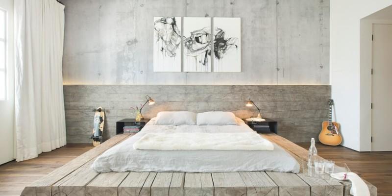 Кровать на подиуме из бревен