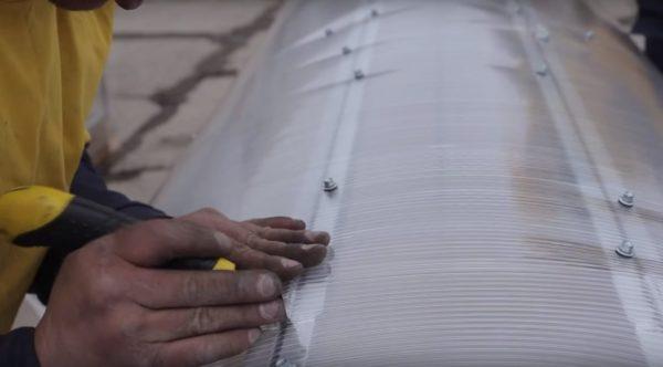 В области петель для открывания створок нужно сделать вырезы
