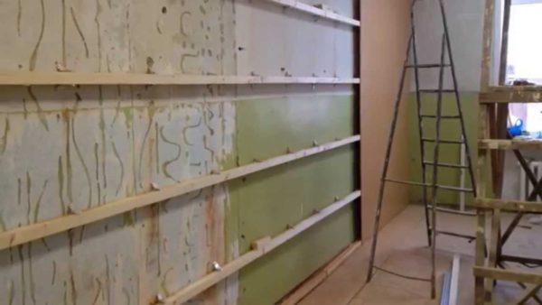 Для монтажа такой обшивки совсем необязательно идеально выравнивать стену