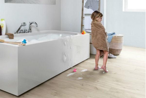 Для оформления пола в ванной комнате можно использовать только влагостойкий ламинат