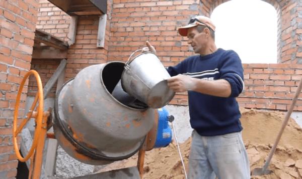 Для работы используется бетономешалка