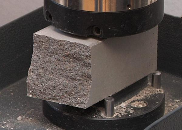 Многоликая прочность бетона. Бетонный образец в процессе испытания
