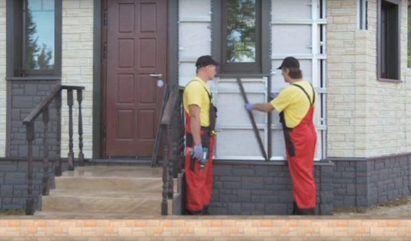 Монтируются декоративные элементы окон и дверей