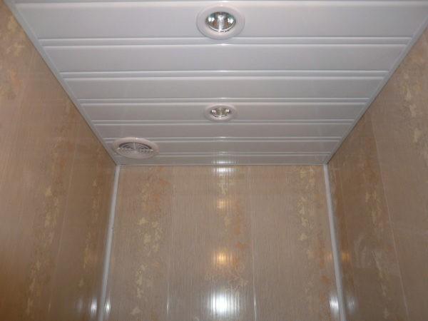Отделка стен и потолка в туалете пластиковыми панелями