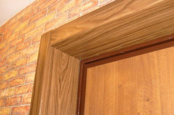 После установки входной двери для завершения ремонта требуется облагородить дверной проем