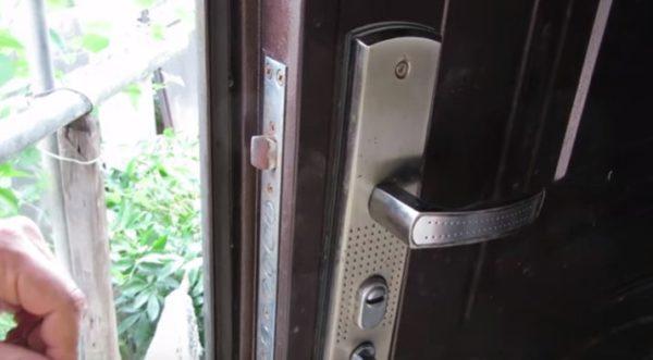 Заедание дверного замка может привести к более серьезным поломкам