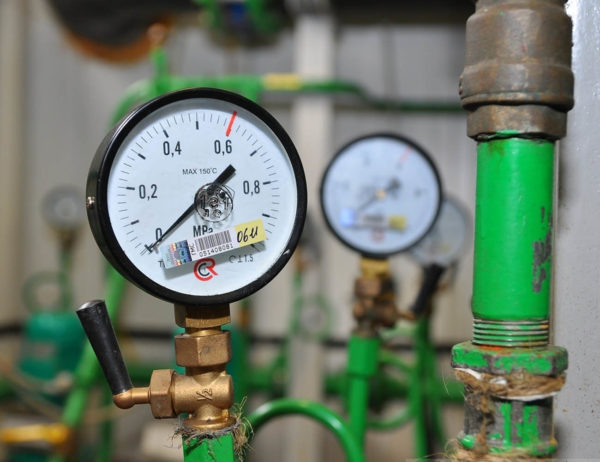 Для измерения давления воды можно установить специальный датчик