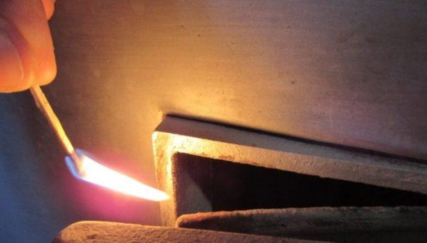 При хорошей тяге огонь будет направлен внутрь отверстия