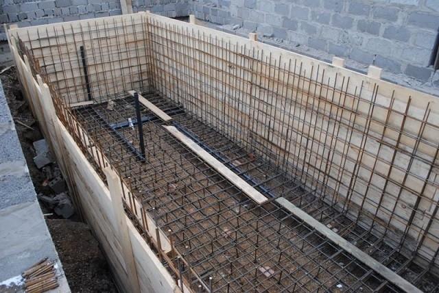 Железобетонная конструкция бассейна на этапе строительства