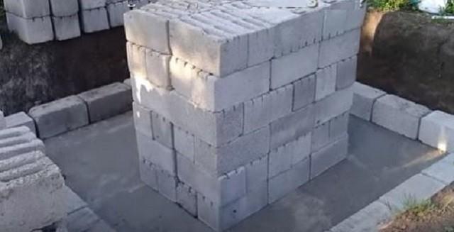 Блоки для постройки стенок емкости.