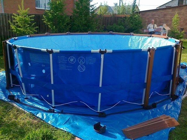 Каркасный бассейн, состоящий из водонепроницаемой эластичной чаши и пластиковых труб, используемых для остова. Материал чаши приобретает форму благодаря каркасным элементам.
