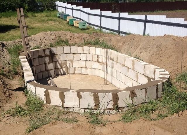 Строительство из газосиликатных блоков происходит быстрее, чем из кирпича, так как они крупнее. Кроме того, из них легче выводить ровные стены.
