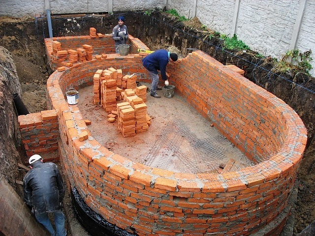 Выведение кирпичных стен — более сложная, трудоемкая и длительная работа.