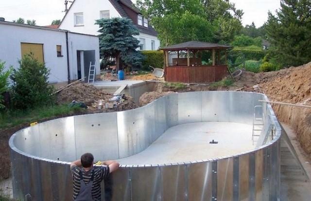 Чаша бассейна, изготовленная из стального оцинкованного листа.