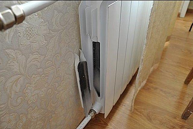 Выломанный гидроударом здоровенный фрагмент стенки радиатора из вторичного алюминия.