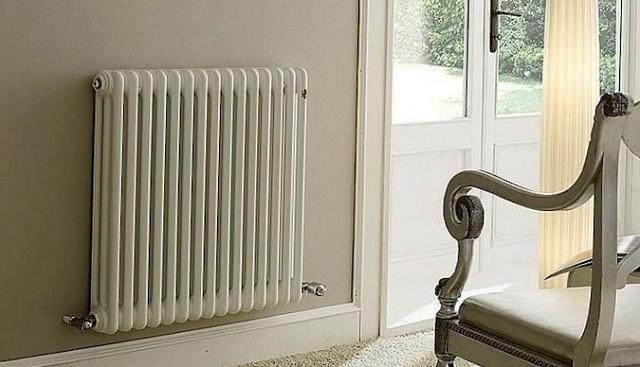 Не прекратилось производство моделей радиаторов, которые навешиваются на настенные кронштейны, так как во многих случаях установка их на ножки нерациональна.