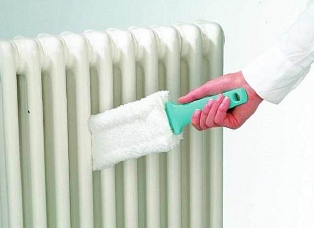 Чтобы не повредить защитно-декоративный слой краски на поверхностях радиаторов, рекомендуется использовать для их очистки специальную щетку.