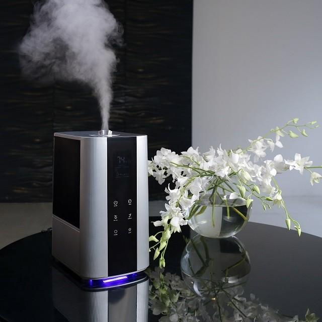 Ультразвуковой увлажнитель воздуха в работе – характерная для него струя холодного пара.