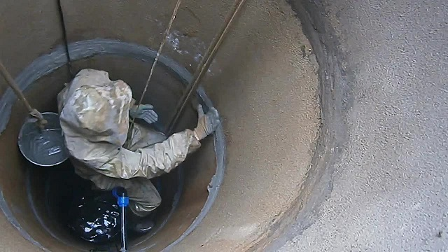 Внутренняя гидроизоляция колодца — обработка стыков между бетонными кольцами.
