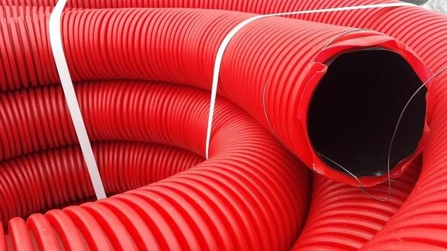 Гофрированная двуслойнаятруба большого диаметра может быть использована в качестве защитного кожуха при прокладке трубопровода.