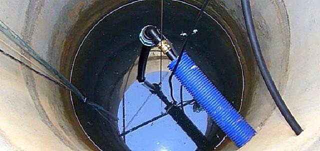 Выход водопроводной трубы в шахту колодца. На иллюстрации хорошо заметен защитный кожух, через который пропущена водопроводная труба.