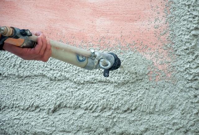 Можно прибегнуть к торкрет-бетонированию внешних поверхностей стенок колодца. Но эта технология недешевая, требует специальных материалов и оборудования, привлечения специалистов.