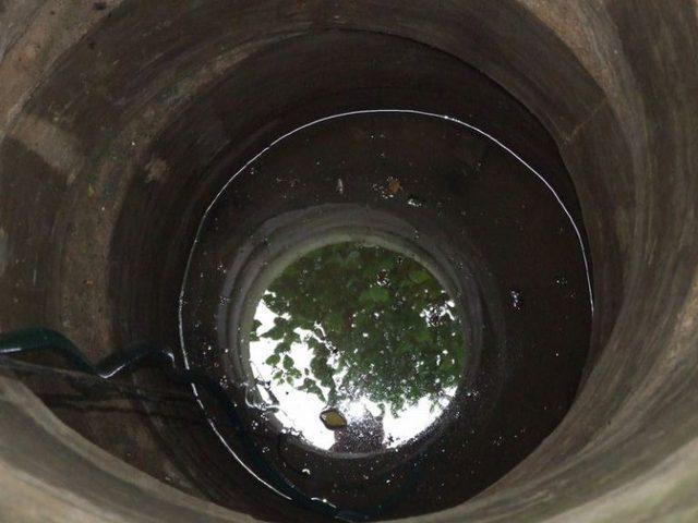 Если в колодец через его стенки проникает верховодка или дождевая вода, если не предпринимается шагов по защите от попадания в него мусора, вода из такого источника обязательно вскорости начнет отдавать резким сероводородным запахом.