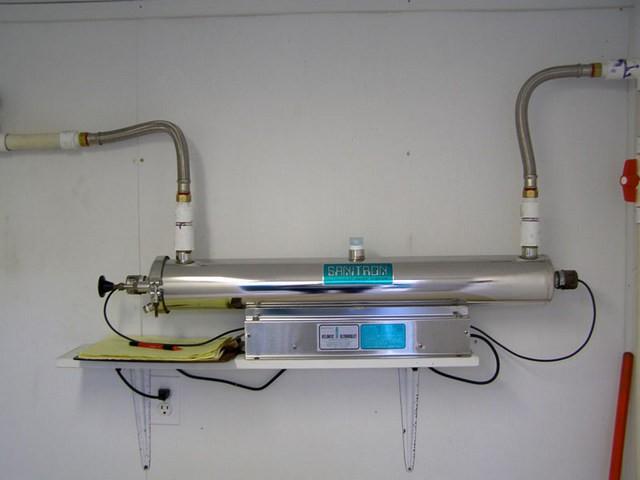 Если вода из автономного источника нуждается в обеззараживании, то оптимальным вариантом станет использование специального модуля со встроенным ультрафиолетовым облучателем потока.