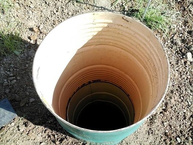 Металлические бочки тоже могут послужить какое-то время стенками выгребной ямы.