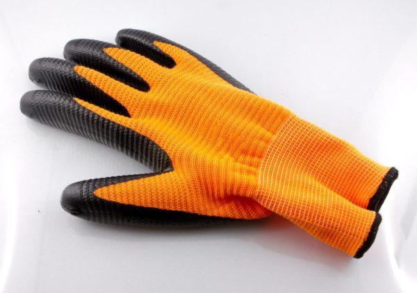 Для защиты рук от цемента понадобятся плотные перчатки