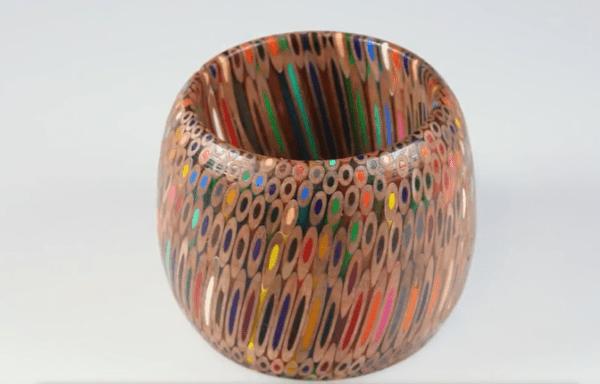 Вазочка из цветных карандашей