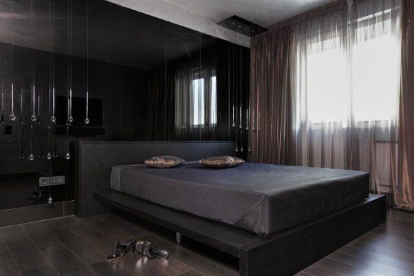 Кровать на подиуме под цвет отделки стен
