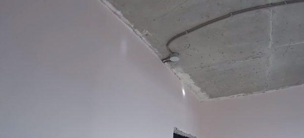 Для начала проверяют состояние потолка