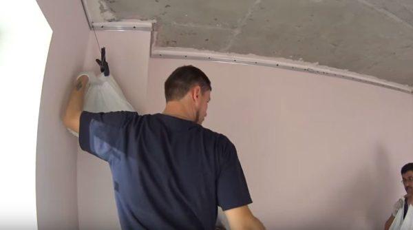 Углы полотна подвешивают на держателях