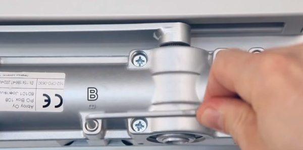 """Винт """"В"""" регулирует усилие открывания двери"""