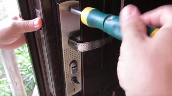 Дверная ручка удерживается несколькими болтиками