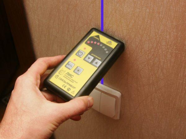 Для обнаружения скрытой проводки используют специальные детекторы