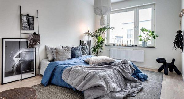В такой спальне лучше всего смотрятся крупные растения