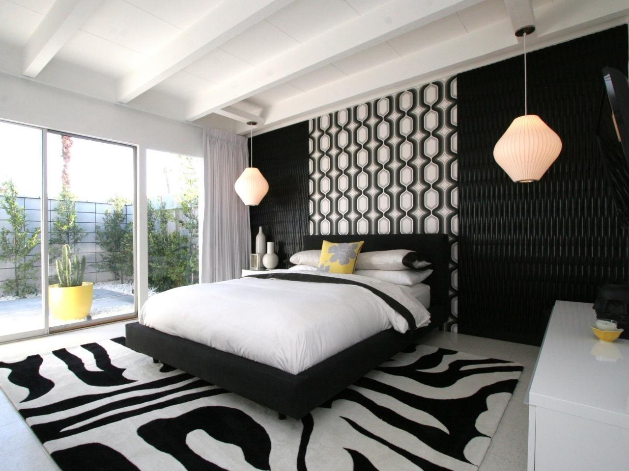 Контрастные геометрические узоры в отделке стен и потолка придают интерьеру яркий и стильный вид