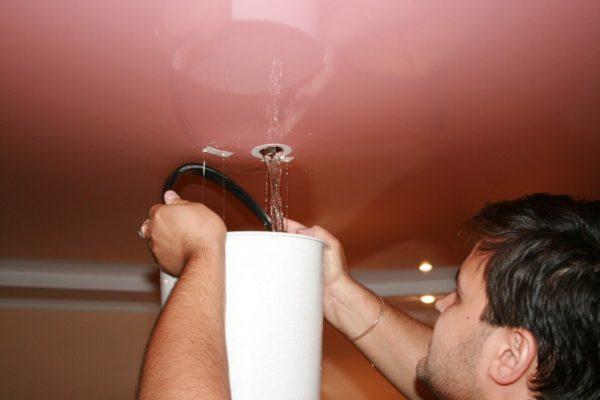 Чтобы избежать повреждения воду удаляют как можно раньше