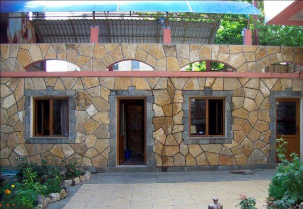 Дикий камень на фасаде строения