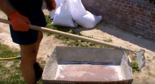 Корыто и тяпка для замеса бетона вручную