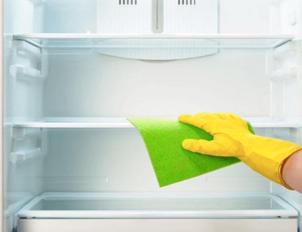 С внутренней и наружной части холодильник требуется обтереть сухими салфетками и оставить открытым.